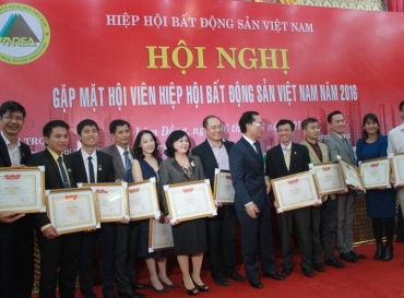 HOANG QUAN REAL ESTATE CORPORATION TO RECEIVE THE CERTIFICATE OF MERIT FROM THE MINISTER OF CONSTRUCTION AND CHAIRMAN OF VIETNAM NATIONAL REAL ESTATE ASSOCIATION